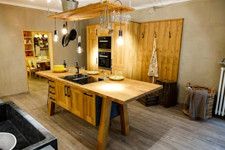 A real rustic oak kitchen !: rustic Kitchen by CasaLife
