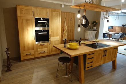 A real rustic oak kitchen !:  Built-in kitchens by CasaLife