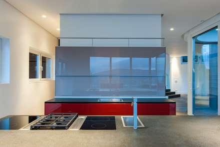 Modern kitchen:  Built-in kitchens by JBA Architects