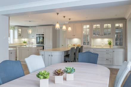 Traditional Open Living Kitchen:  Built-in kitchens by Woollards of Mildenhall