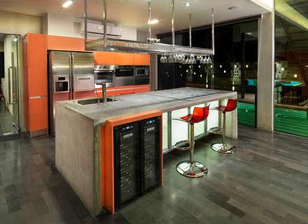 modern sleek Kitchen: modern Kitchen by MJKanny Architect
