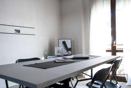RELOOKING MAGAZZINO - tavolo: Studio in stile in stile Industriale di MINIMAL di Casini Roberta