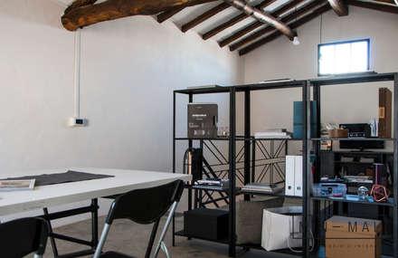 RELOOKING MAGAZZINO - Libreria: Studio in stile in stile Industriale di MINIMAL di Casini Roberta