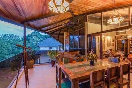 tropische Esszimmer von MJKanny Architect