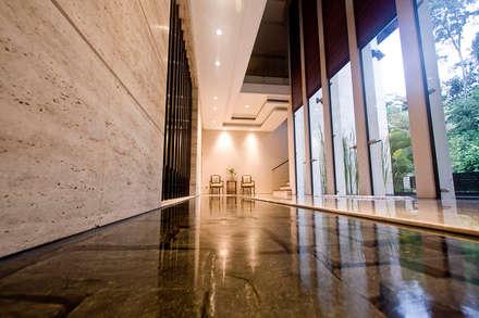 Pasillos y vestíbulos de estilo  por MJKanny Architect