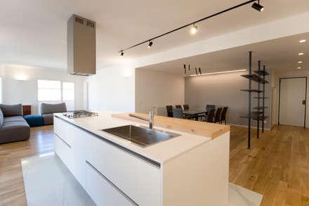 La cucina ad isola: Cucina in stile in stile Moderno di GDArchitetture