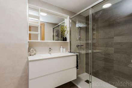 LA CASA DE TERESA - MI CASA.COM: Baños de estilo moderno de jaione elizalde estilismo inmobiliario - home staging