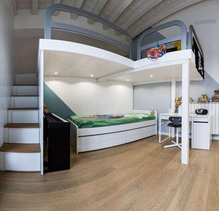 Un luminoso attico d'atmosfera: Camera ragazzi in stile  di Annalisa Carli