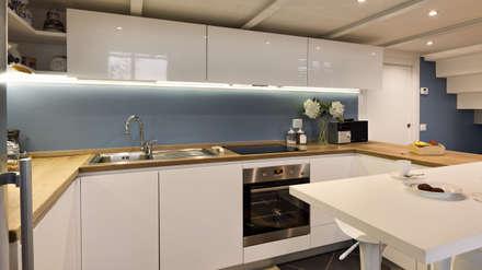 Un luminoso attico d'atmosfera: Cucina in stile in stile Scandinavo di Annalisa Carli