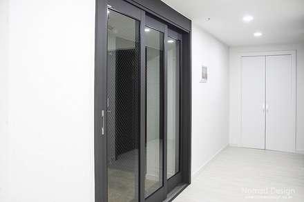 부산 서면 세종그랑시아 51평 아파트인테리어 - 노마드디자인: 노마드디자인 / Nomad design의  현관문