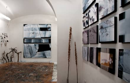 Scolamiero painting studio: Studio in stile in stile Minimalista di officinaleonardo