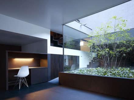 YY 自然と囲まれた内部が緩やかに繋がる家: 山縣洋建築設計事務所が手掛けた書斎です。