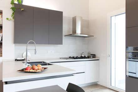 K16: Cucina attrezzata in stile  di Andrea Picinelli
