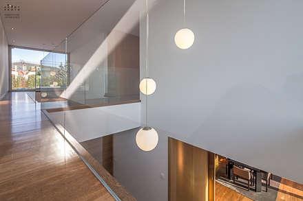Fotografia de arquitetura – Moradia Unifamiliar: Escadas  por ARKHY PHOTO
