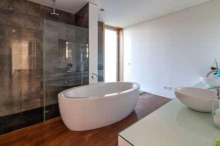 Fotografia de arquitetura – Moradia Unifamiliar: Casas de banho modernas por ARKHY PHOTO