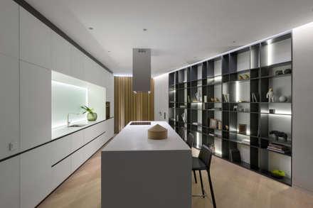 SKYLINE: Встроенные кухни в . Автор – MONO ARCHITECTS
