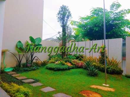 Jardines delanteros de estilo  de Tukang Taman Surabaya - Tianggadha-art