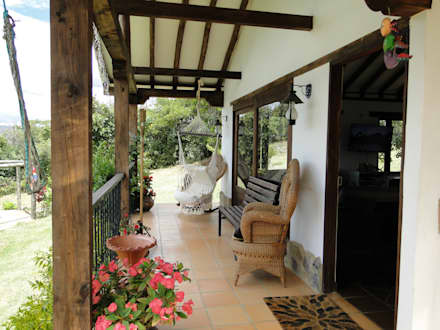 Casa De Campo El Cucharal: Pasillos y vestíbulos de estilo  por ProEscala- Arquitectos