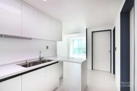 부산 사직동 한신 아파트 인테리어 리모델링(24py): 바나나웍스의  빌트인 주방
