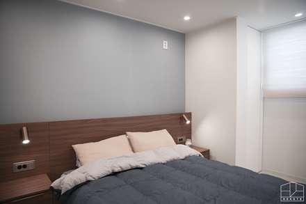 가족이 모이는 공간, 따스한 느낌의 과천 래미안슈르 43py _ 이사 후: 홍예디자인의  침실