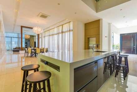 JALAN DAMAI JAYA 2 : modern Dining room by Arkitek Axis