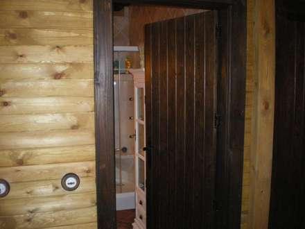 Puerta de madera: Baños de estilo rústico de Dimumarco SLU