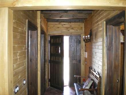Construcción Casa de Madera a Medida: Pasillos y vestíbulos de estilo  de Dimumarco SLU