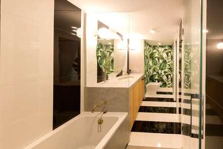 Baño: Baños de estilo ecléctico de tiovivo creativo