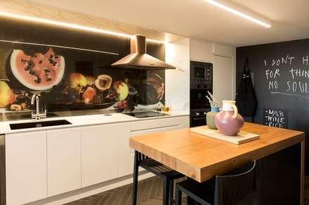 Cocina loft: Cocinas de estilo ecléctico de tiovivo creativo