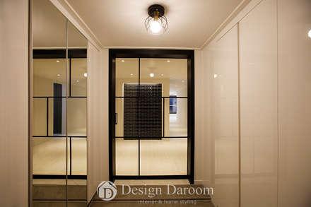 광장동 현대홈타운 12차 55평형 현관: Design Daroom 디자인다룸의  복도 & 현관
