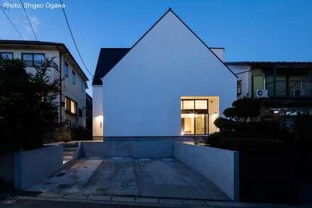 Casas multifamiliares de estilo  por 石川淳建築設計事務所