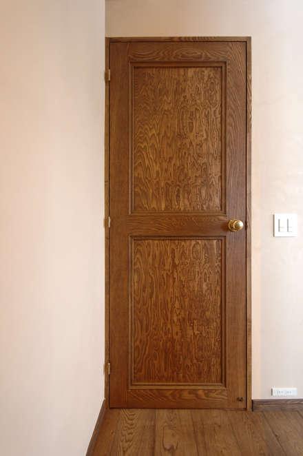 Puertas de madera de estilo  de スタジオ・スペース・クラフト一級建築士事務所
