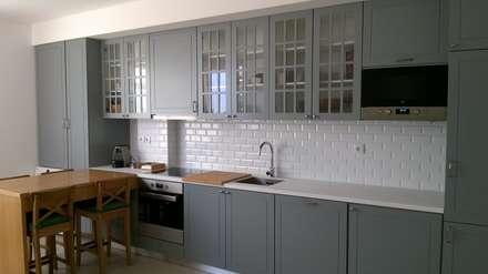 Remodelação de Moradia em Casal de Cambra: Cozinhas embutidas  por CF Arquitectura e Design