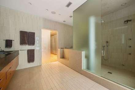 Grande suite parentale contemporaine: Salle de bains de style  par Christophe Sarlandie