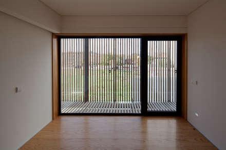 Casa em Miramar: Janelas   por e|348 arquitectura