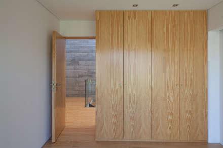 Casa em Miramar: Closets minimalistas por e|348 arquitectura