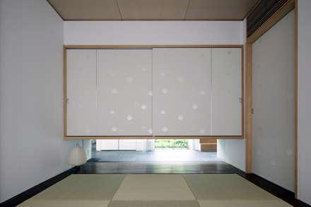 ミドセンチュリーテイスト 居間がテラスと一体化して繋がる成城の住まい: JWA,Jun Watanabe & Associatesが手掛けた和室です。