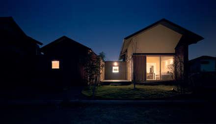 Casas de madeira  por アトリエ FUDO