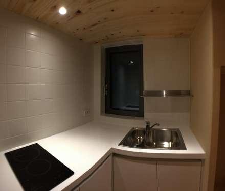 minimalistic Kitchen by 마룸