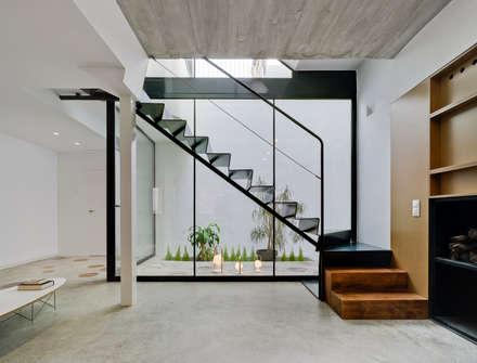 Cabañas en el bosque: Escaleras de estilo  de Antonio Macia A&D