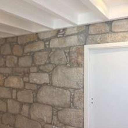 Reabilitação de Moradia  - Foz Porto: Corredores e halls de entrada  por Drevo - Construção e Reabilitação em Madeira, Unipessoal, Lda
