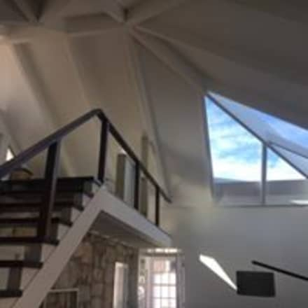 Tetto a padiglione in stile  di Drevo - Construção e Reabilitação em Madeira, Unipessoal, Lda
