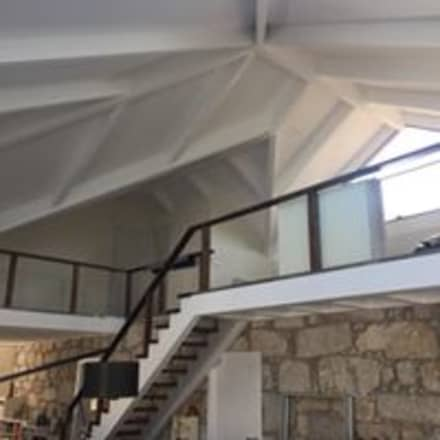 Вальмовые крыши в . Автор – Drevo - Construção e Reabilitação em Madeira, Unipessoal, Lda