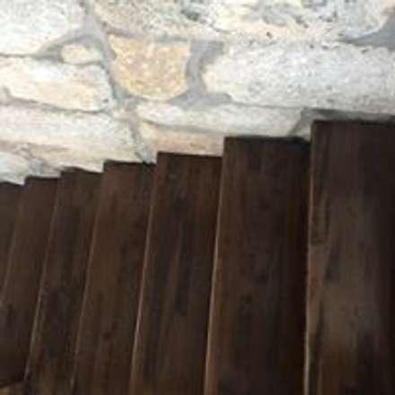 Escaleras de estilo  por Drevo - Construção e Reabilitação em Madeira, Unipessoal, Lda