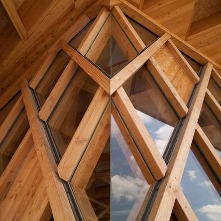 Inspirações: Telhados de quatro águas  por Drevo - Construção e Reabilitação em Madeira, Unipessoal, Lda