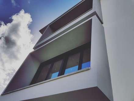 Vista Fachada Exterior, ventanales: Casas unifamilares de estilo  de Margarita Jiménez moreno