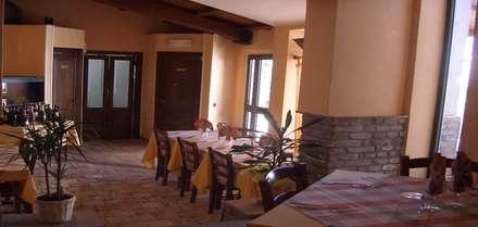 Ristrutturazione Agriturismo: Sala da pranzo in stile In stile Country di Arch. Della Santa Giorgio