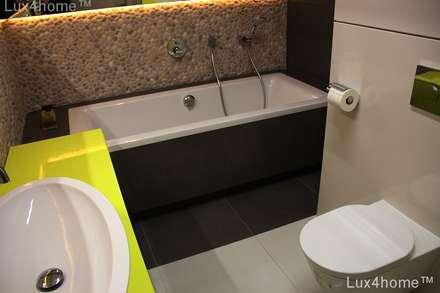 Beige Pebble tile bathroom wall - Beige Pebble Tiles: scandinavian Bathroom by Lux4home™ Indonesia