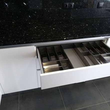 Armarios de cocinas de estilo  por Moderestilo - Cozinhas e equipamentos Lda