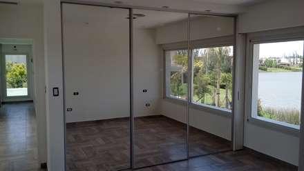 Interior dormitorio: Dormitorios de estilo moderno por MOLEarquitectura